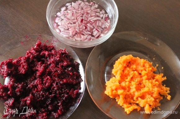 За это время натираем морковь и свеклу на мелкой терке, режем лук и обдаем его кипятком.