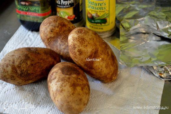 Разогреть духовку до 200гр. Картофель проткнуть вилкой, картофель кисточкой смазать маслом. Посолить и поперчить.
