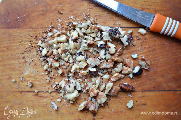 Орехи крупно порубить. Спустя 1 час к мясу добавить сливы и орехи, готовить ещё 15-20 мин.