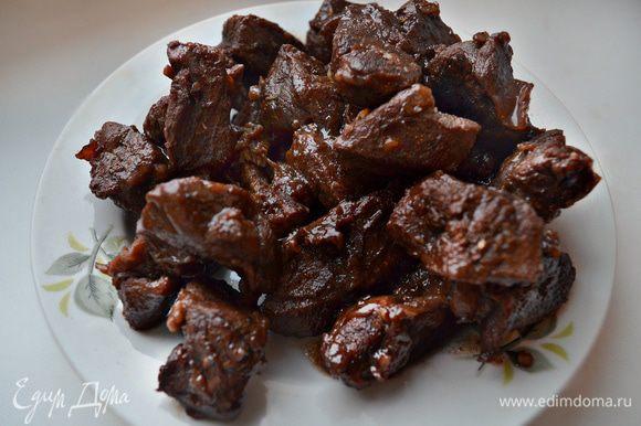 Снять сотейник с огня. Мясо выложить в другую посуду, дать остыть.