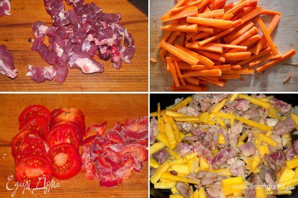 Мясо и тыкву нарезаем соломкой, лук мелко рубим ножом. На растительном масле обжариваем лук, затем добавляем мясо, приправим солью и смесью перцев, томим 5-7 минут на слабом огне до готовности мяса. Затем увеличиваем огонь и добавляем тыкву, немного обжариваем, но не даем подгореть. Охладить начинку.