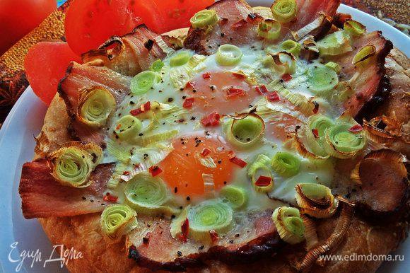 Смазываем форму маслом и запекаем лепёшку,пока яйца не схватятся,а лук и бекон не зарумянятся.