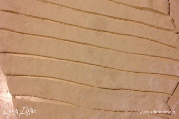 Приготовить тесто, оно должно быть мягким но и не прилипать к рукам! Раскатать толщиной 1 мм и порезать полоски толщиной 3 см.