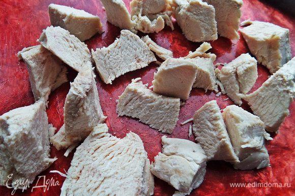 Вынимаем сварившееся мясо и нарезаем на крупные кусочки.