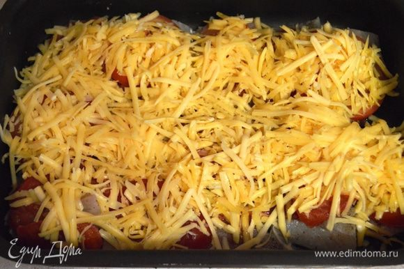 Укрыть тертым сыром с чесноком.