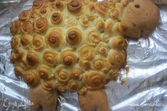 Готовый пирог смазать растительным маслом ( 1 ст.л) и прикрыть полотенцем на минут 10-15, для того, чтобы обмяк верхний слой).