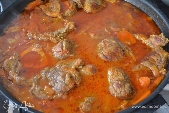 Выложить мясо в сковороду с овощной подливой. Долить кипятком или, если есть, говяжьим бульоном, до уровня мяса. Еще немного все посолить, накрыть крышкой и тушить около 2 часов. Словами не передать, какие ароматы витают по кухне! )))