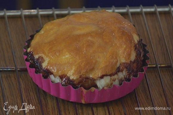 Выпекать тарты в разогретой духовке 12–15 минут.