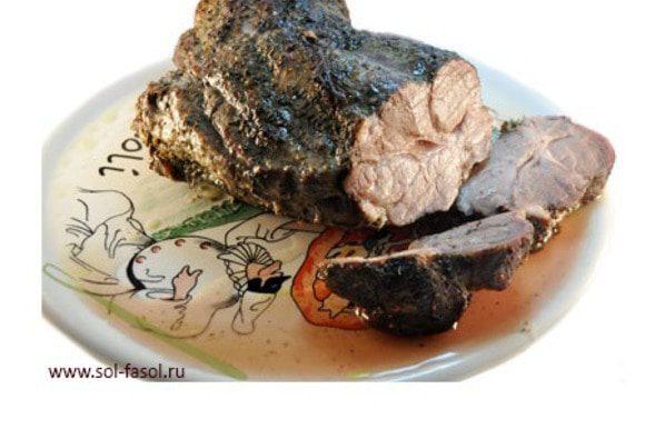 Не повышайте температуру выше 100°C, это очень важно. После запекания указанного времени на низких температурах, разогрейте духовку до 220°C и дайте образоваться красивой корочке – минут 30. Мясо готово! Разрежьте его, внутри море сока, прозрачного, как слеза. При этом мясо буквально тает – оно очень мягкое. Ваши гости будут удивлены. «Как Вам это удалось?».