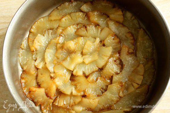 Выложить ломтики на дно формы, слегка перекрывая друг друга, чтобы не оставалось пробелов. Если останутся лишние, нарезать небольшими кусочками и позже добавить в тесто.