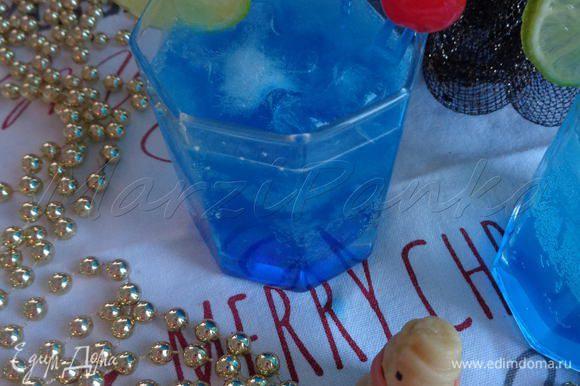 Доливаем сок лайма и тоник (детям тоник заменяем на спрайт). Готовый коктейль украшаем долькой лайма и вишенками. Изумительно красивый коктейль пронзительно-синего цвета готов.