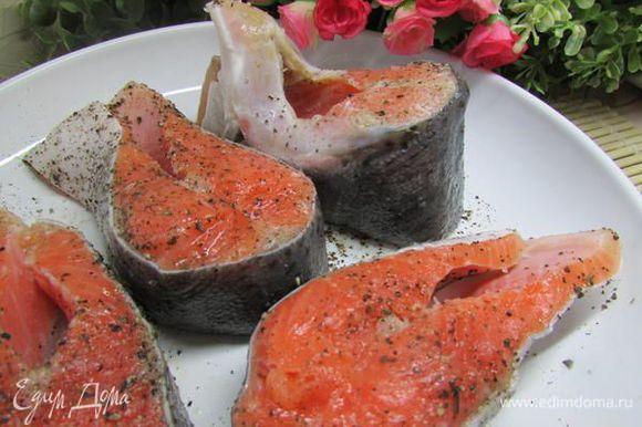 Стейки сёмги посолить и поперчить, сбрызнуть оливковым маслом.