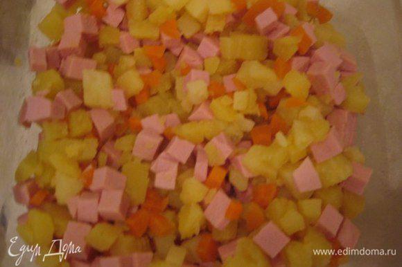 Нарезаем колбасу и перемешиваем салат.