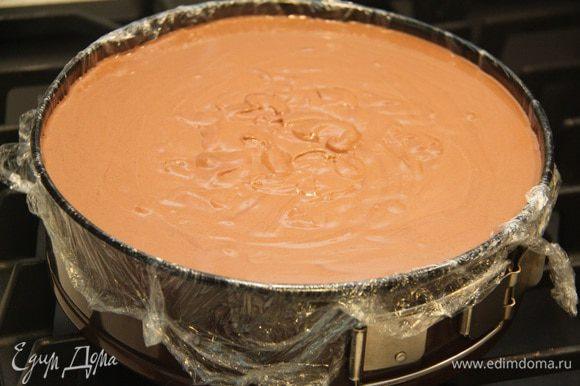 На корж-основу вылить трюфельный крем. Форму слегка постучать о стол, чтобы вышли пузырьки воздуха и поверхность стала более ровной. Убрать торт в холодильник на 5 и более часов (я убирала на сутки).