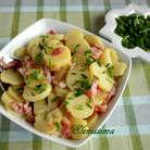 Вымойте зеленый лук, нарежьте по диагонали тонкими кольцами и добавьте в салат. Приправьте солью, перцем и сахаром.