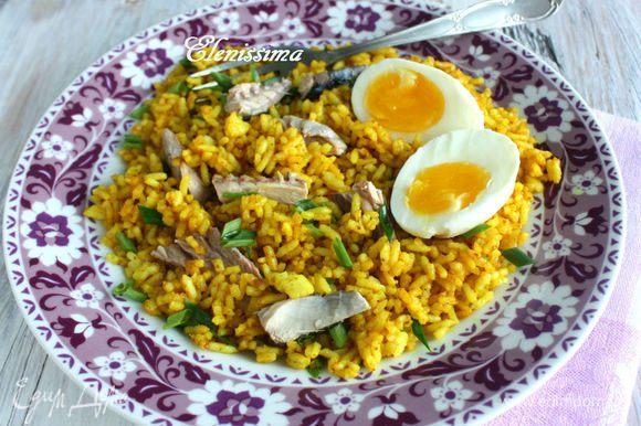 Яйца очистите от скорлупы, разрежьте вдоль пополам. Жареный рис приправьте солью и перцем, положите к нему кусочки скумбрии. Подавайте с яйцами. Мне понравилось это необычное сочетание, поэтому рекомендую и вам!