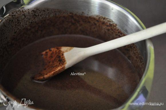 Приготовим глазурь. Растопим шоколадные капли в горячих сливках с кукурузным сиропом. кукурузный сироп в данном случае как загуститель крема. Можно обойтись и без него. Добавим ванильный экстракт и перемешаем.