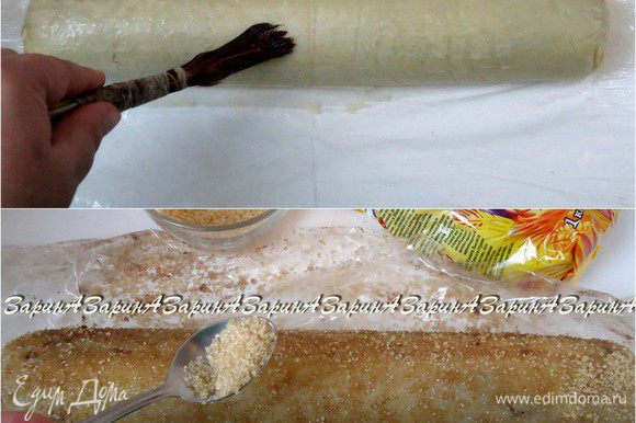 Приготовить коричневый сахар и оставшееся яйцо. Развернуть заготовку и смазать её яйцом, всю поверхность. Обильно обсыпать коричневым сахаром и немного покатать, что бы сахар хорошо прилип. Лучше всего если у вас будет в наличии и крупный сахар Мистраль, и более мелкий – универсальный сахар Мистраль. Тогда «кора» получится интереснее.