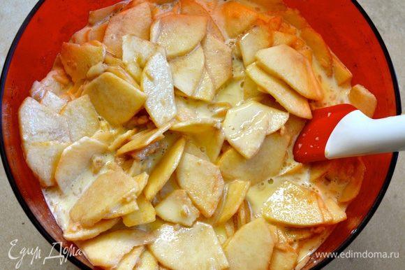 Выложить в миску с тестом яблоки... Осторожно все перемешать, стараясь не поломать тонкие яблочные дольки.