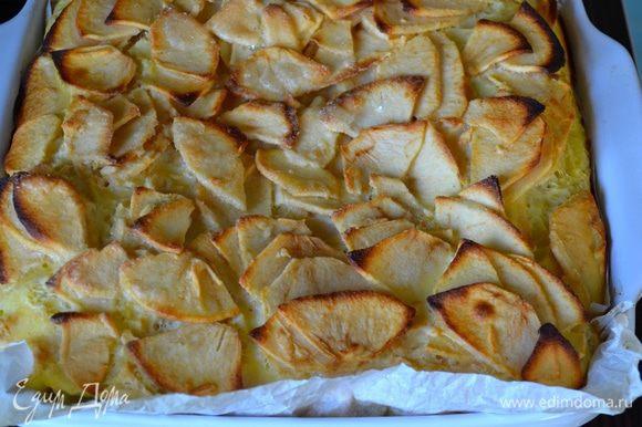 Выпекать в разогретой духовке около 1 часа. Готовый пирог достать из духовки, остудить и нарезать на квадратики.