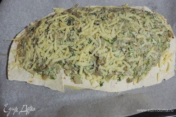 Теперь грибная начинка и сыр. Тоже накрываем лавашом.