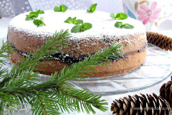 Готовый пирог посыпать сахарной пудрой.