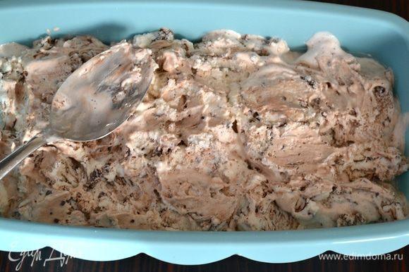 Выложить слой мороженого поверх крема. Разровнять.
