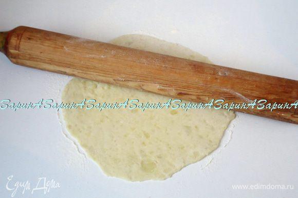 Тесто разделить примерно на 12-14 частей. Рабочую поверхность присыпать мукой и раскатать кусочки в лепешки, величиной со среднюю тарелку.