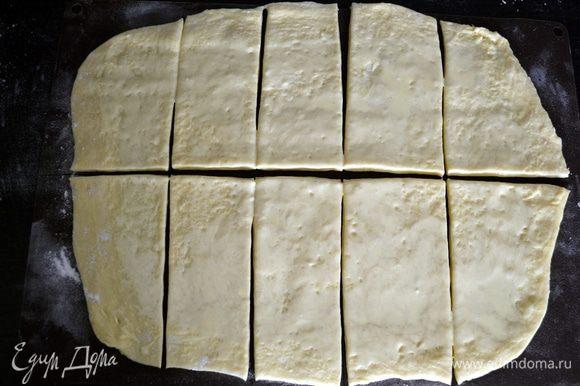 Разрезать тесто вдоль пополам, а затем на прямоугольники.