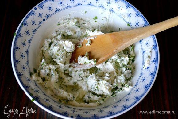 Тем временем порубить мелко петрушку, размять мягкий сыр с помощью деревянной ложки и перемешать с петрушкой.