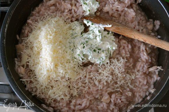 Готовое ризотто снять с огня и добавить мягкий сыр и тертый пармезан.