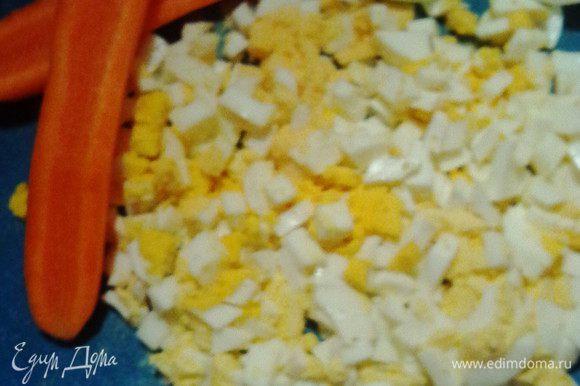 В готовый кипящий куриный бульон закладываем кубики картофеля, тертую морковь и измельченный лук. Варим 10- 15 минут. Тем временем отвариваем яйца, рубим их мелким кубиком.