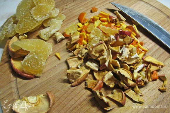 Тем временем займемся начинкой. Мелко нарезать сушеные яблоки, засахаренный имбирь, можно добавить цитрусовую корочку по желанию.