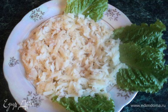 На блюдо выложить листья салата – плавники и хвост нашей рыбки. Картофель натереть на терке на блюдо в виде круга. Сверху покрыть сеточкой из майонеза.