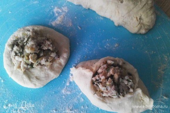 """Готовим расстегаи: Тесто раскатываем в """"колбаску"""", делим на равные части. Каждую скатываем в колобок. Колобок раскатываем в лепешку. На середину каждой положить начинку и защипнуть края, придавая пирожку форму лодочки и оставляя середину открытой."""