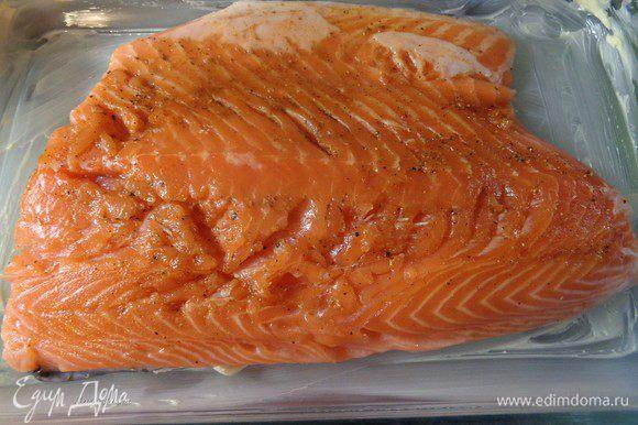 Форму, в которой будет запекаться лосось, смазать сливочным маслом. Аккуратно перенести туда рыбу.