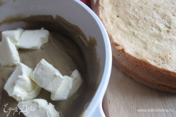 Добавить в крем масло, порезанное кусочками (масло должно предварительно полежать при комнатной температуре). Хорошо размешать до полного растворения.