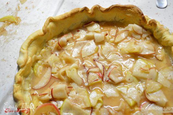 Оставшиеся яблоки и сок с яблок перемешать с крахмалом. Выложить на пропекшееся тесто.