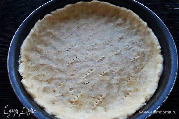 Разминаем тесто по форме с бортиками (22 см), дно накалываем вилкой.