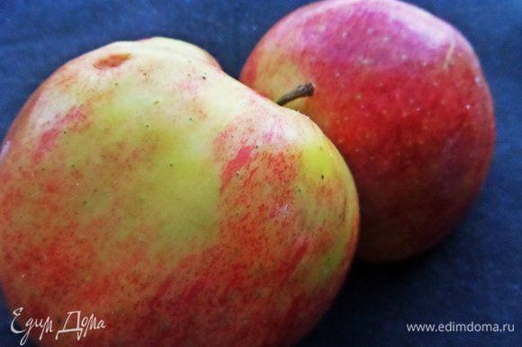 Большое яблоко очищаем от сердцевины.