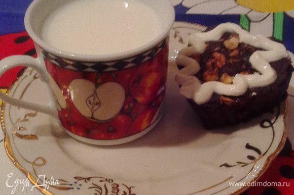 Проверить готовность зубочисткой. Можно наливать чай к кексам, а лучше молоко или йогурт, так отчетливее ощущается контраст между ярким шоколадным вкусом и молочным. Угощайтесь, смакуйте!