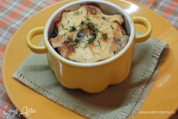Формочки смазать сливочным маслом, наполнить начинкой и залить сметаной. Запекать в духовке 10-15 минут при температуре 200 - 220 градусов.