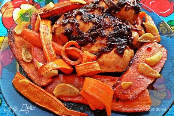 Переносим на большое блюдо и сразу подаём ароматную морковку с не менее ароматной курочкой!