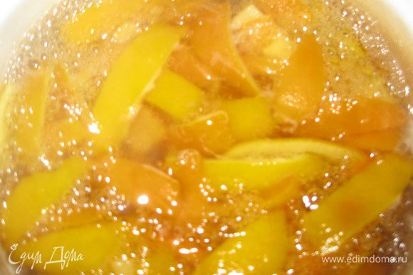 В кастрюлю наливаем воду, засыпаем сахар. Сахар растворится и в этот сироп добавляем цитрусовые дольки. Доводим до кипения, варим 7 минут.