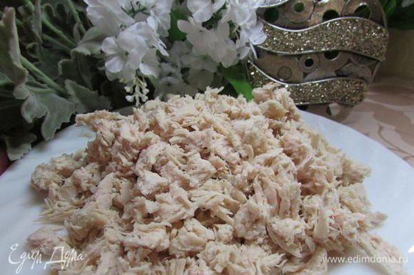 Курицу нарезать кусочками или разобрать на волокна.