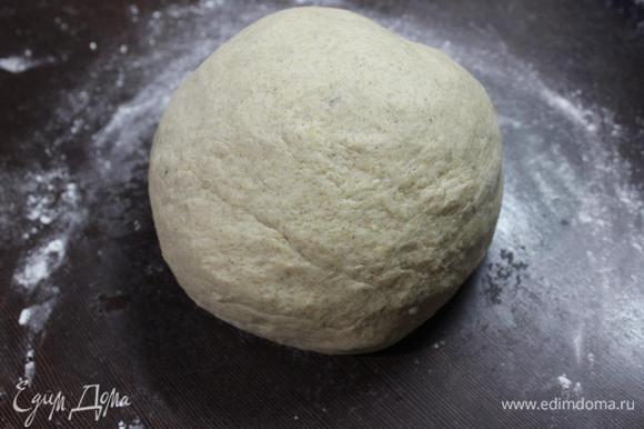 На присыпанной мукой поверхности хорошенько вымешиваем тесто, при необходимости подсыпая муку ( у меня ушло дополнительно грамм 50). Вымешиваем минут 7-10, формируем шар, кладем его в смазанную растительным маслом миску, накрываем полотенцем и ставим в теплое место без сквозняков на 1 час для подъема.