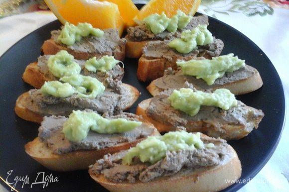 Нарезать хлеб и положить в духовку на несколько минут. Этот рецепт багета хорошо подойдет для моего паштета http://www.edimdoma.ru/retsepty/68436-frantsuzskiy-kruchenyy-baget Намазать паштетом и пюре из авокадо. Можно добавить кубики апельсина. Приятной дегустации.