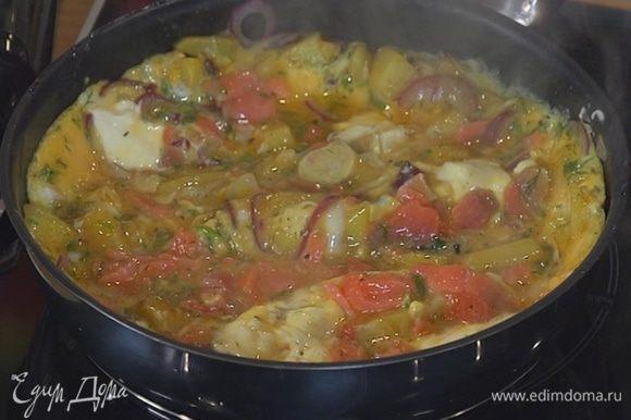 Порезанную рыбу добавить к яйцам, перемешать и влить к картофелю.