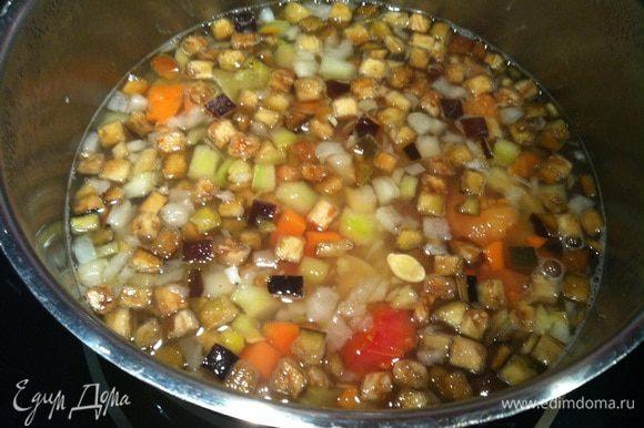 Добавьте в бульон с макаронами размороженные овощи, посолите и поперчите, и варите еще 5 минут.