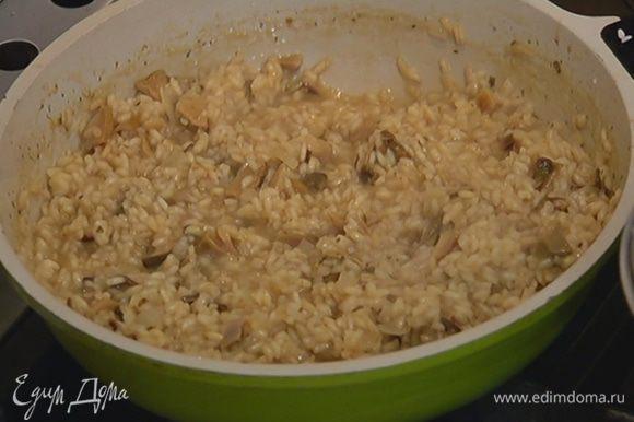 Когда рис с грибами будет практически готов, добавить 1 ч. ложку сливочного масла, все вымешать и остудить.